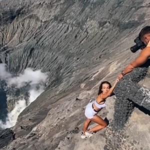 Demi Konten, Turis Asing Nekat Turun ke Kawah Gunung Bromo