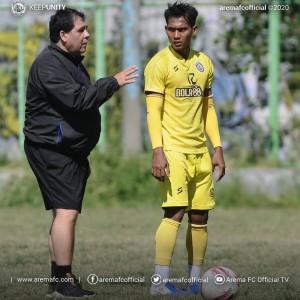 Tangani Arema FC, Carlos Oliveira Keluhkan Lapangan