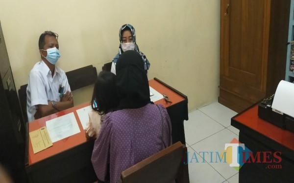 Korban YS saat dilakukan klarifikasi di Disdikpora Kabupaten Tulungagung. / Foto : Istimewa / Tulungagung TIMES