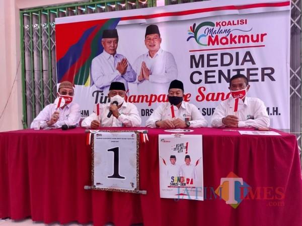 Paslon Sanusi-Didik Gator Subroto (SanDi) saat menghelar konferensi pers di media center Malang Makmur, Kepanjen, Kamis (24/9/2020). (Foto: Tubagus Achmad/MalangTimes)