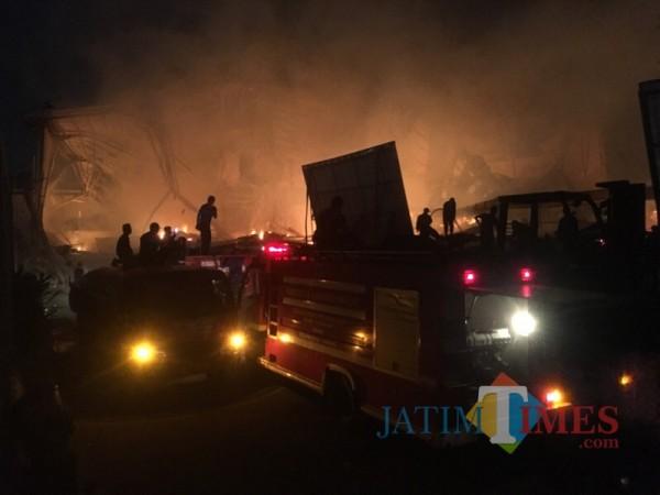 Petugas pemadam kebakaran saat berupaya memadamkan api di PT Unirama Duta Niaga (Foto : Ashaq Lupito / MalangTIMES)