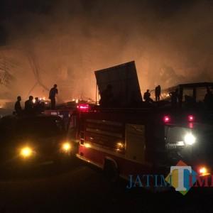 Sulit Padamkam Api, PMK Kerahkan Alat Berat ke Gudang Popok yang Membara