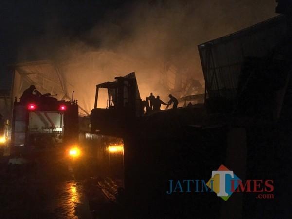 Petugas saat berupaya memadamkan kebakaran di PT Unirama Duta Niaga (Foto : Ashaq Lupito / MalangTIMES)