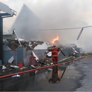 70 Personel Damkar Terjun Jinakkan Api di Gudang Popok dan Kosmetik PT Unirama Duta Niaga
