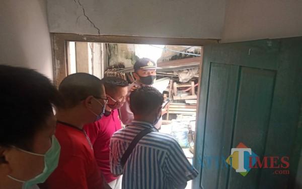 Petugas saat hendak mengevakuasi korban yang ditemukan meninggal dunia dirumahnya / Foto : Istimewa / Tulungagung TIMES