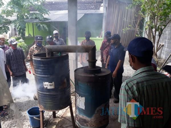 Praktik pembuatan pestisida asap cair digelar Dispertapa Kab Blitar.(Foto : Aunur Rofiq/BlitarTIMES)
