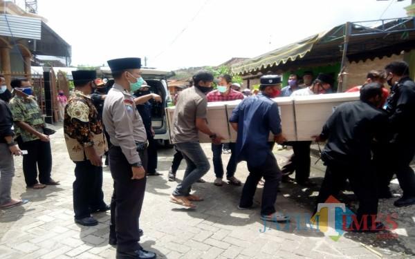 Saat jenazah TKW Sutrisni hendak dimakamkan / Foto : Istimewa / Tulungagung TIMES