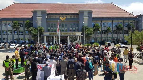 Suasana aksi damai Gebrak di di halaman Balai Kota Among Tani, Kamis (24/9/2020). (Foto: Irsya Richa/MalangTIMES)