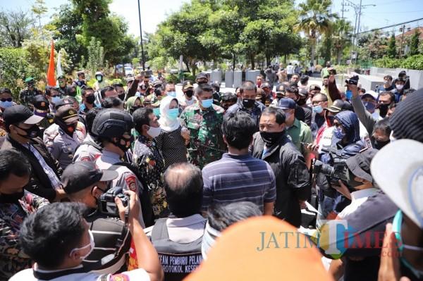 Wali Kota Batu Dewanti Rumpoko saat menemui masa aksi damai di di halaman Balai Kota Among Tani, Kamis (24/9/2020).