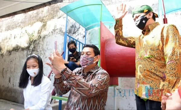 Wali Kota Kediri Abdullah Abu Bakar melihat anak anak belajar online di Kelurahan Pakelan.(ist)