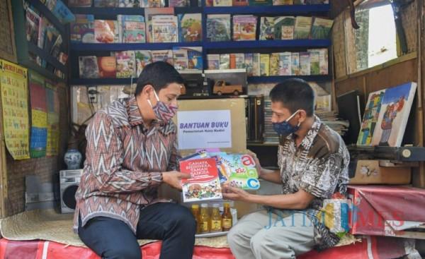 Walikota Kediri Abdullah Abu Bakar memberikan bantuan buku untuk bacaan  kampoeng Jadoel art.(ist)