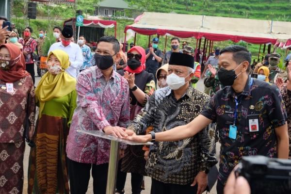 Bupati Malang HM. Sanusi (tengah) saat meresmikan Lembah Indah Malang, Kecamatan Ngajum, Kabupaten Malang, Jumat (25/9/2020).