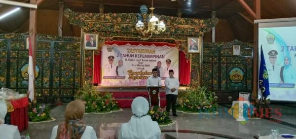 Bupati  dan wakil bupati saat sambutan di acara tasyakuran dua tahun memimpin Bangkalan. (foto/istimewa)