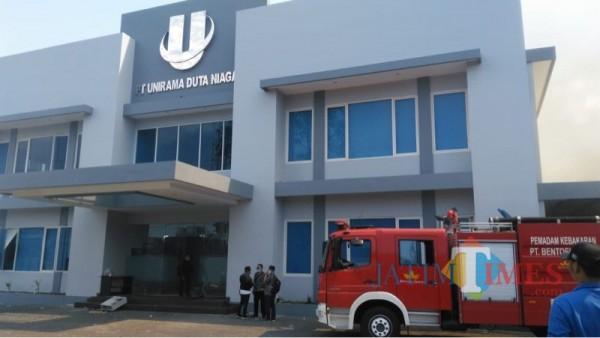 Gedung distributor PT Unirama Duta Niaga sesaat sebelum ludes terbakar (Foto : Istimewa)
