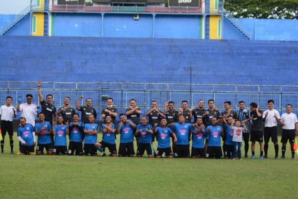 Jajaran anggota Polres Malang saat berfoto bersama rekan-rekan dari JMR di Stadion Kanjuruhan, Kepanjen, Kabupaten Malang, Jumat (25/9/2020). (Foto: JMR)