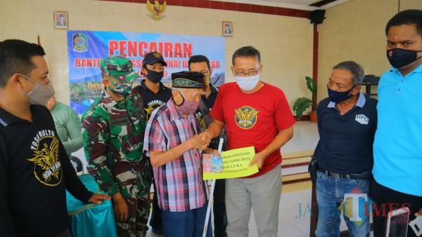 Kepala Desa Yosomulyo Drs Joko Utomo Purniawan, M.Pd menyerahkan BLT DD pada warga terdampak Covid 19