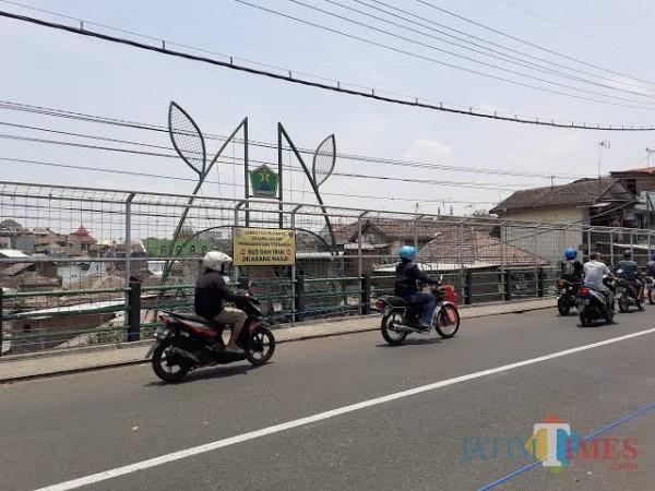 Lalu lintas di Jembatan Muharto (Dokumentasi MalangTIMES).