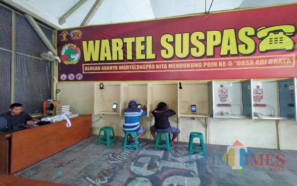 Penghuni lapas tengah menggunakan Wartel Suspas untuk menghubungi keluarganya. (Anggara Sudiongko/MalangTIMES)