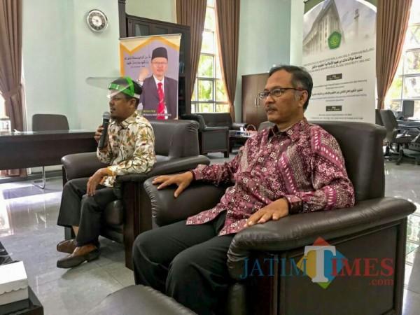 Rektor UIN Malang, Prof Dr Abdul Haris MAg (kanan) saat memantau persiapan sertifikasi AUN-QA daring. (Foto: Ima/MalangTIMES)