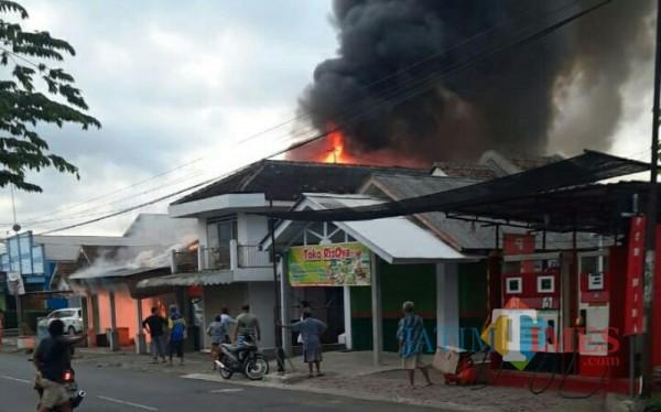 Api terus membesar sampai 3 bangunan habis terbakar (Foto : BPBD Lumajang / Jatim TIMES)