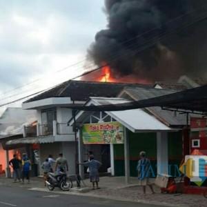 Korsleting Listrik, 3 Rumah Termasuk  Bengkel dan Toko HP di Klakah Ludes Terbakar