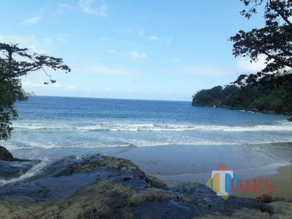 Keindahan Pantai Banyu Anjlok, Kabupaten Malang yang lokasinya tersembunyi. (Foto: Tubagus Achmad/MalangTimes)