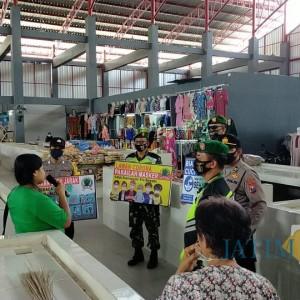 Cegah Covid-19, Anggota Koramil 0808/03 Kanigoro Sosialisasikan 3M