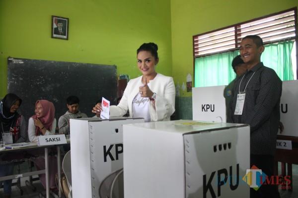 Artis Krisdayanti saat akan memasukkan surat suara dalam kotak di TPS Kota Batu pada Pemilu 2019 lalu. (Foto: Dok MalangTIMES)