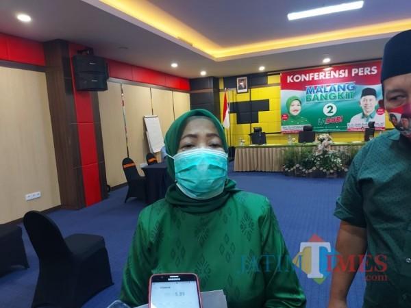 Calon Bupati (cabup) Malang, Lathifah Shohib saat ditemui awak media seusai konferensi pers Malang Bangkit, Minggu (27/9/2020). (Foto: Tubagus Achmad/MalangTimes)