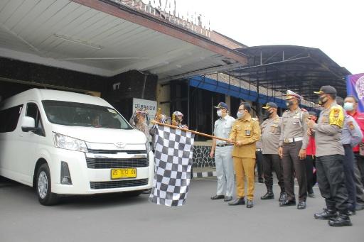 Pelepasan minibus sebagai kendaraan tangguh covid-19 di Mapolresta Kota Yogyakarta.