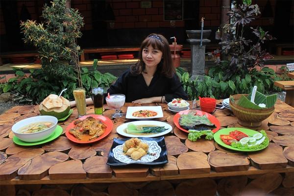 Wartawan media ini bersiap-siap menyantap berbagai macam menu di Ocean Garden.