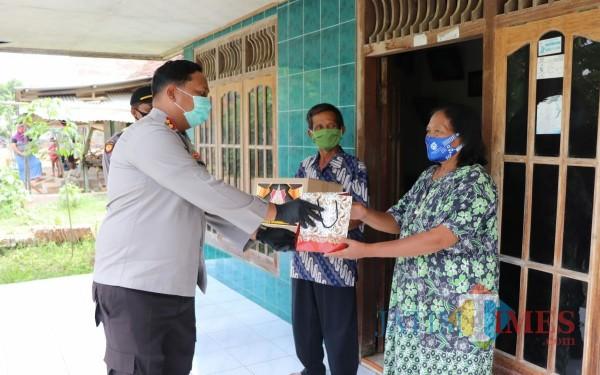 Kapolres Tulungagung AKBP Eva Guna Pandia saat memberikan bantuan pada pasien Covid-19 di Desa Ngranti / Foto : Dokpol / Tulungagung TIMES