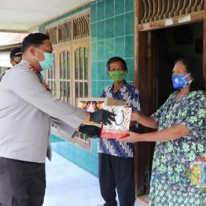 Baksos Polres Tulungagung ke Pasien Covid-19, Berikan Sembako dan Obat