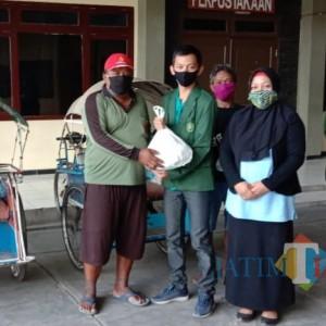 Tutup Kegiatan PKM, Mahasiswa Unisba Baksos Bagi Sembako ke Tukang Becak