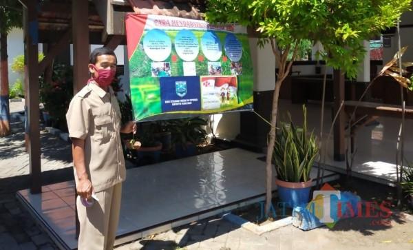 Pemasangan banner kartu tani oleh DKPP Kabupaten Probolinggo. (Foto: Bilhaqnazal/Probolinggotimes)