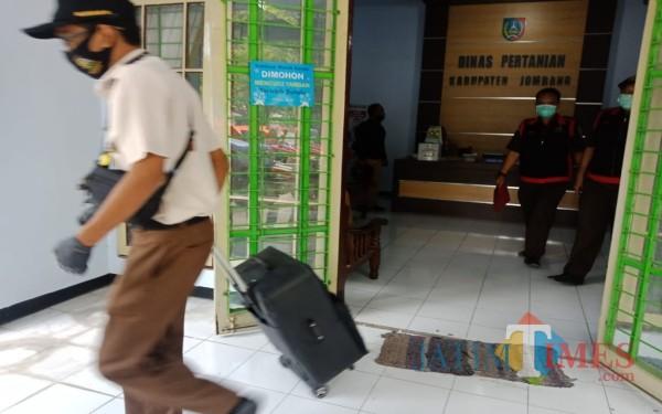 Dugaan Korupsi Pupuk Subsidi, Kajari Jombang Geledah Kantor Dispertan hingga Distributor