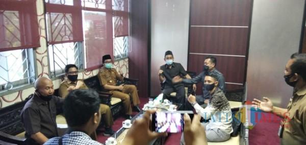 Plt. Bupati Jember Drs. KH. A. Muqit Arief didampingi Sekda Ir. Mirfano saat bertemu jajaran pimpinan DPRD Jember (foto : M. Ali Makrus / Jatim TIMES)
