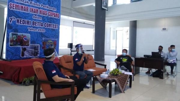 """Seminar bertajuk """"Kontak Bisnis Perikanan Seminar Ikan Hias Cupang Dalam Kediri Betta Kontes ke-7, Tahun 2020"""" .(Foto: Ist)"""