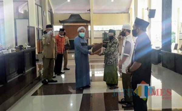 Suasana penyerahan bantuan kepada kelapa Madrasah Diniyah (Foto: Abror Rosi/JatimTimes)