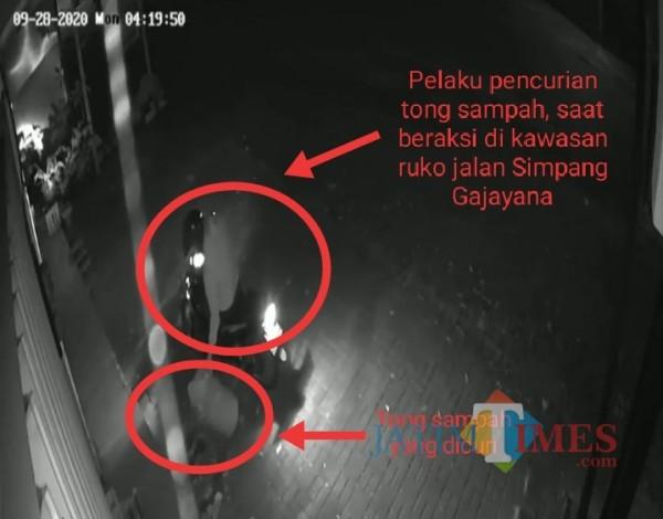 Capture gambar CCTV saat pelaku pencurian tong sampah beraksi. (Anggara Sudiongko/MalangTIMES)