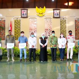 Gubernur Jawa Timur, Salurkan Bantuan Pemberdayaan Usaha Perempuan di Pamekasan