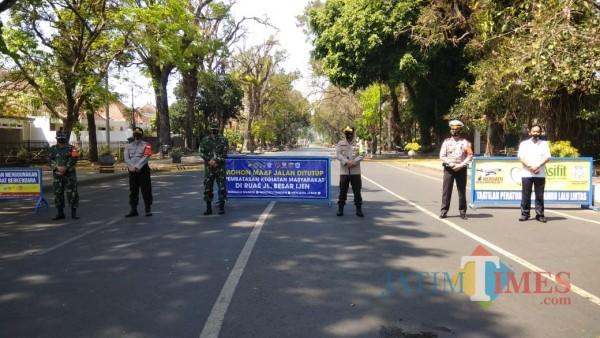 Hari pertama penutupan Jalan Besar Ijen pada Sabtu (26/9/2020) (Anggara Sudiongko/ MalangTIMES)