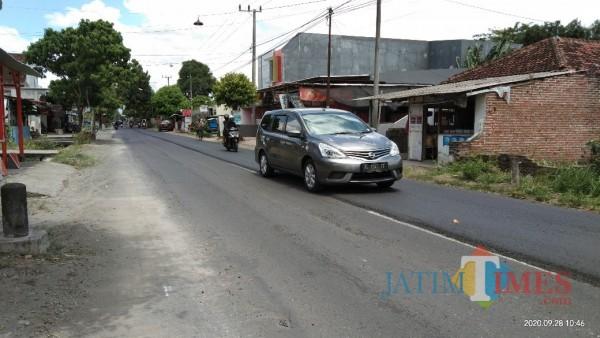 Jalan di Kelurahan Keparihan yang akan diserahkan ke Provinsi, saat ini dalam proses pengaspalan (Joko Pramono for Jatim TIMES)