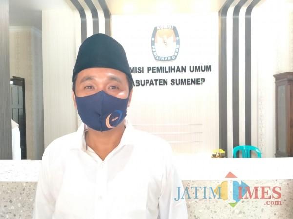 Komisoner KPU Sumenep, Rahbini sewaktu dikonfirmasi di kantor KPU Sumenep (Foto: Syaiful Ramadhani/JatimTIMES)