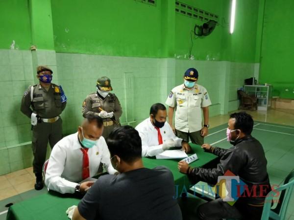 Pjs Bupati Blitar Budi Santosa (baju coklat) memimpin langsung pelaksanaan operasi yustisi.(Foto : Aunur Rofiq/BlitarTIMES)