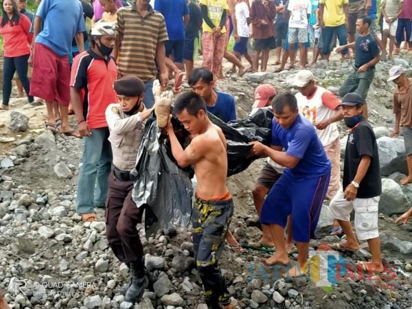 Polisi dan warga mengevakuasi jasad Slamet yang tewas tenggelam di kubangan air