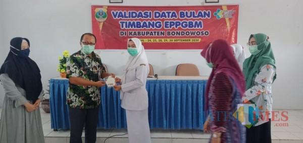 Proses penyerahan secara simbolis dari GAIN kepada Kepala Dinas Kesehatan Bondowoso dr. M. Imron (Foto: Abror Rosi/ JatimTIMES)