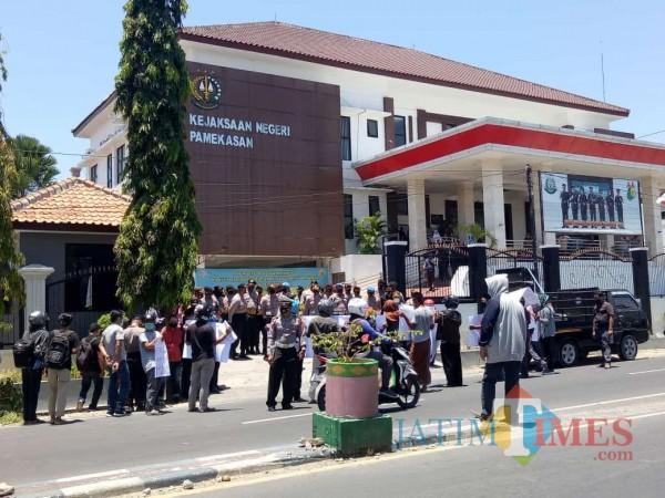 Sejumlah massa aksi saat mendatangi kantor Kejari Pamekasan (Foto:Rozy/JatimTimes.com)