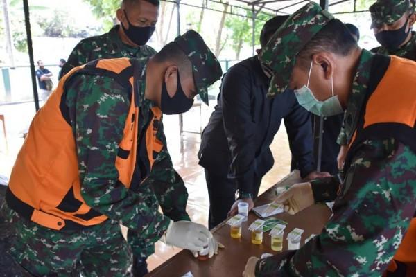Pengecekan Para Prajurit Bebas Narkoba dengan Test Urine (i.g korem_082)