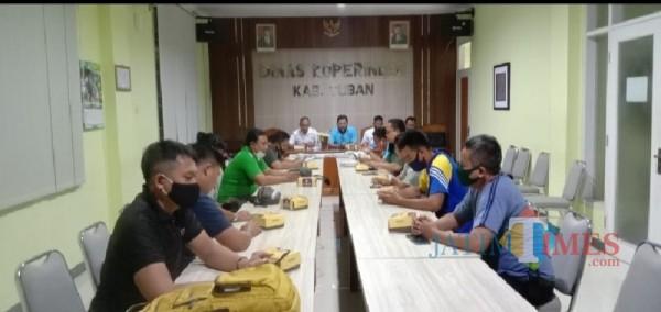 Pengurus Cabang Woodball Indonesia Kabupaten Tuban sedang melakukan rapat.